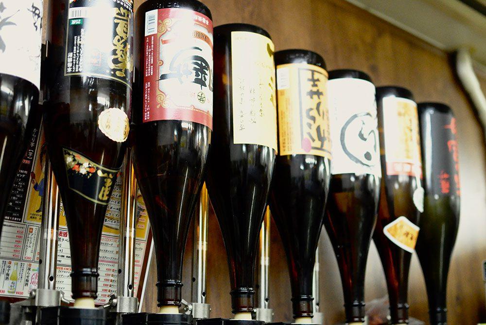 風来坊の手羽先唐揚げに合うこだわりの日本酒、焼酎各種とり揃えています。